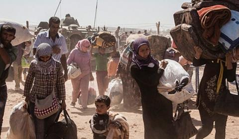 시리아 쿠르드족 난민들은 코바니 마을 근처인 시리아에서 터키로 건너간다